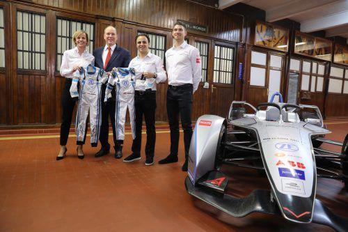 Teamchefin Susie Wolff, Prinz Albert von Monaco sowie die Piloten Felipe Massa und Edoardo Mortara mit dem neuen Venturi-Formel-E-Fahrzeug.ap