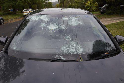 Teils tennisballgroße Hagelkörner durchschlugen Windschutzscheiben von Autos. AP