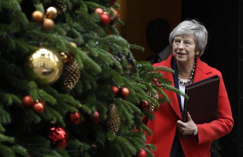 Theresa May betrachtet den Weihnachtsbaum vor ihrem Amtssitz in der Downing Street, bevor sie ins Parlament geht und sich der Brexit-Debatte stellt. ap