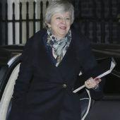 Britische Premierministerin bleibt vorerst im Amt