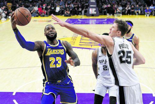 Verteidigungversuch von Spurs-Center Jakob Pöltl (r.) gegen Lakers-Superstar LeBron James. ap