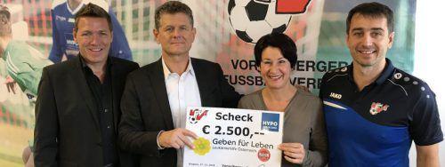 VFV-Präsident Horst Lumper überreichte den Scheck an Susanne Marosch.Privat