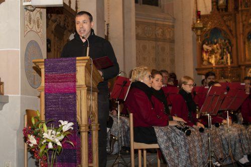 Vikar Walter Metzler erzählte die musikalische Weihnachtsgeschichte.