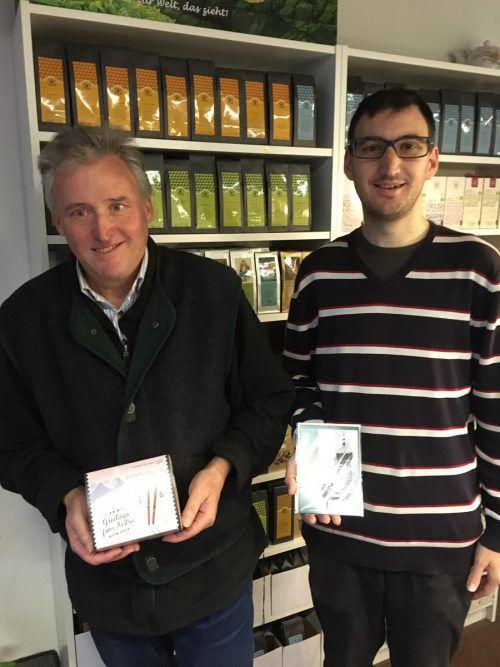 Volkmar und Stefan Dieth präsentieren ihr Angebot an Karten und Tees. sca