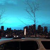 Explosion färbt den Nachthimmel blau
