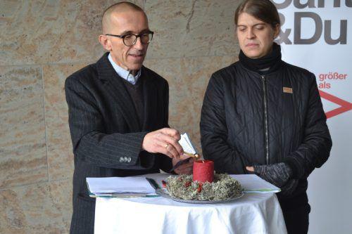 Walter Schmolly zündete als Aufruf zum Innehalten eine Kerze an. Caritas