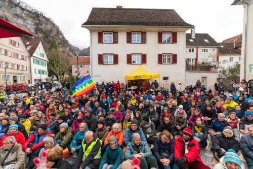 Weil die Demokratie in Österreichs am Boden liege, setzten sich die Protestanten auf den Boden. Bis Weihnachten sollen die Sonntagsdemos fortgesetzt werden. VN/Stiplovsek