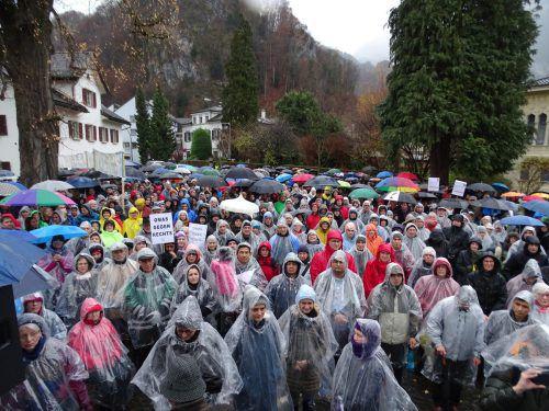 Wetterfeste Demonstranten: Mit Regenschutz und Schirmen harrten Hunderte Menschen vor dem Hohenemser Rathaus aus. tf