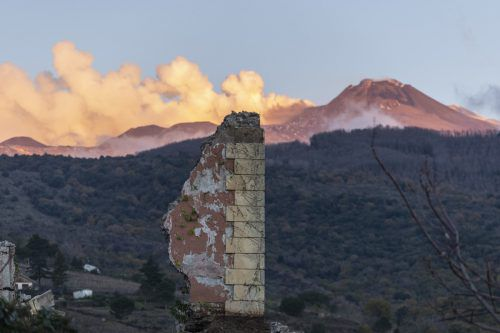 Zahlreiche Gebäude in der Nähe des Ätnas wurden beschädigt. AP