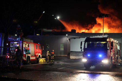 Zwölf Feuerwehren aus der Umgebung bekämpften den Brand und führten während des Tages Nachlöscharbeiten durch.vol.at/Rauch