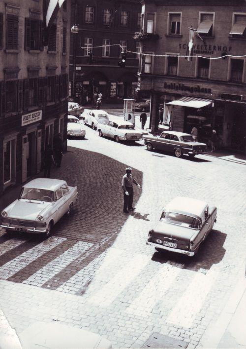 1963 regelte noch ein Verkehrspolizist den Autoverkehr.