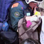Baby lebend unter Trümmern geborgen