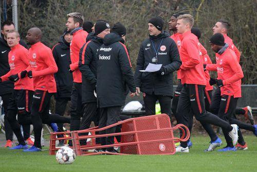 Adi Hütter im Gespräch mit seinen Cotrainern Christian Peintinger und Armin Reutershahn. Ganz links Neuzugang Sebastian Rode.Hübner