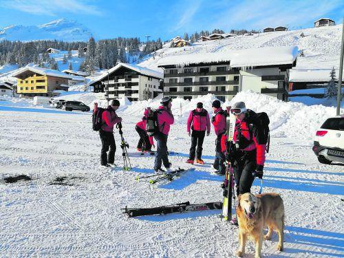 Alpinpolizei und Bergrettungshundeführerin machen sich auf den Weg zur Unglücksstelle im Wöstertal in Lech. polizei