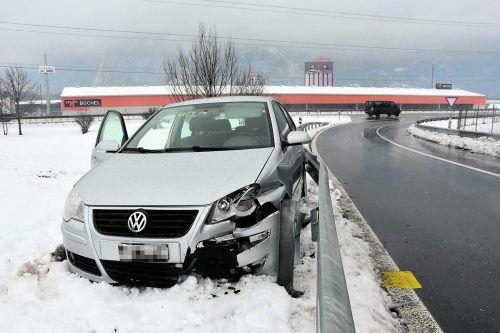 Am Auto und an Straßeneinrichtungen entstand großer Sachschaden. kapo