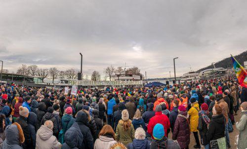 Am Bregenzer Hafen versammelten sich an die tausend Menschen zur Sonntagsdemonstration. VN/Stiplovsek