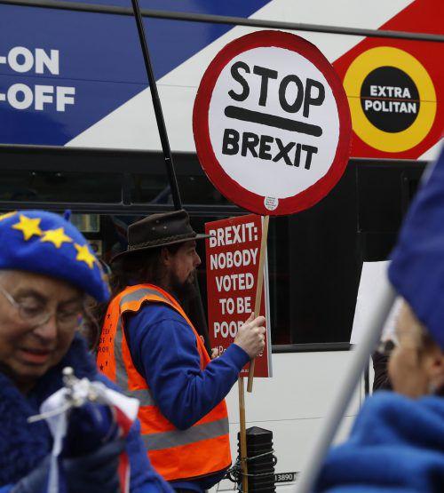 Anti-Brexit-Demonstranten protestieren vor dem Parlament.AP