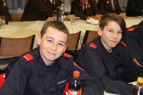 Auch die beiden Jungfeuerwehrmänner Thomas und Noah genossen den Abend. str