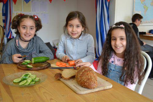 Auch diese drei Mädchen besuchen regelmäßig das Caritas-Lerncafé in Nenzing. Caritas