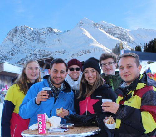 Bei vielen Skifahrern und Snowboardern stieß das ungewöhnliche Angebot zwischen Skipiste und Sessellift auf großes Interesse. Strauss