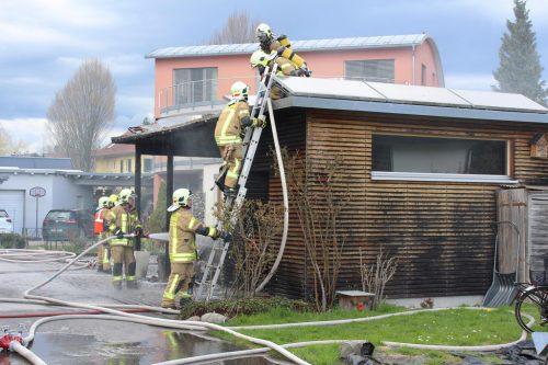 Beim Carport-Brand in der Morgenstraße verhinderte die Feuerwehr, dass das Wohnhaus in Vollbrand geriet.Feuerwehr