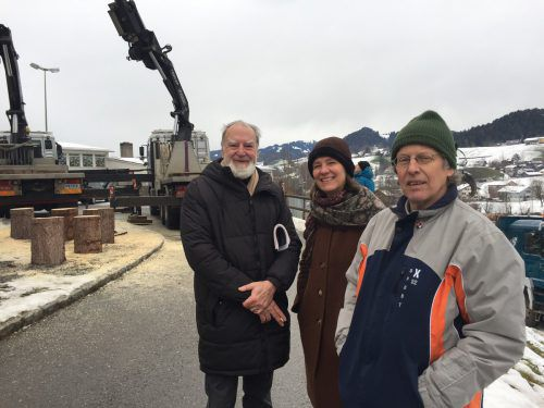 Beim Rückbau des Turmes Paula in Andelsbuch: Angelo Roventa (v.l.), Kornelia Rhomberg und Benny Gleeson. erh