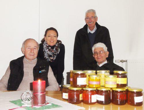 Bernhard Wulz, Werner Drexel und Anton Broger übergaben die Honigspende an Angelikas Jaus vom Sozialarbeitskreis St. Konrad.the