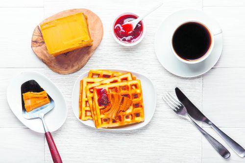 Brunost ist ein norwegischer Käse aus karamellisierter Kuhmolke. shutterstock