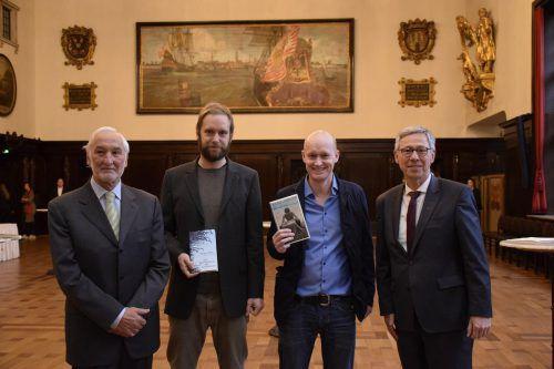 Bürgermeister Carsten Sieling mit den Preisträgern Heinz Helle und Arno Geiger sowie dem Vorsitzenden der Rudolf-Alexander-Schröder-Stiftung, Michael Sieber. Senatskanzlei Bremen