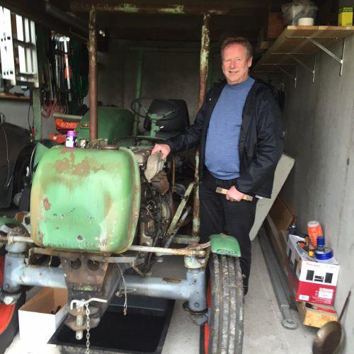 Burkhard Schlachter, der als Bub am liebsten Mechaniker geworden wäre, bringt gerne alte Traktoren auf Vordermann. VN/kum