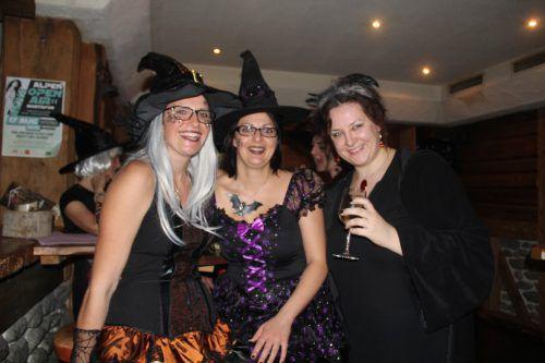 Carmen, Christiane und Carina genossen die ausgelassene Stimmung in der Tanzbar Höhle. STR