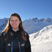 Auf Liftstützen und Skiern arbeiten