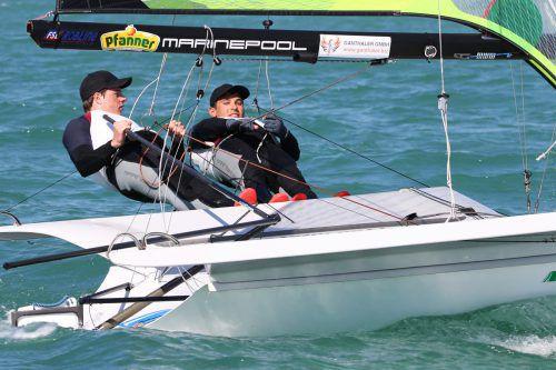 Das 49er-Duo Benjamin Bildstein (l.) und David Hussl rückte bei der Kieler Woche um 16 Plätze auf Zwischenrang 16 vor.GEPA