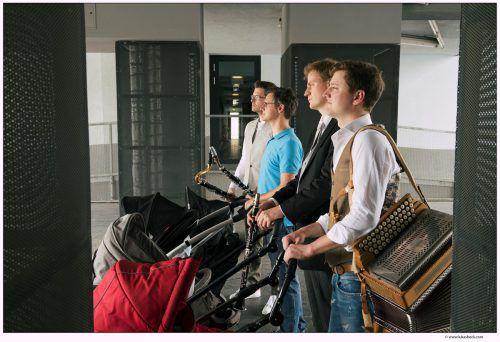 Das Ensemble Faltenradio sorgt mit Klarinetten und steirischer Harmonika für Furore. FALTENRADIO