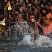 Hindu-Fest startet mit Sprung ins Wasser