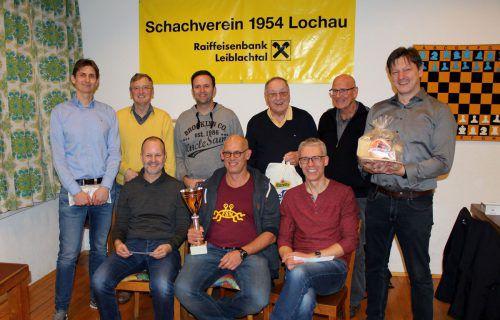Das Siegerfoto – vorne mit Mathias Kalcher (2. Rang), Turniersieger Peter Mittelberger und Reinhard Forster (3. Rang) sowie hinten mit Obmann Manfred Mayr (5. Rang). bms