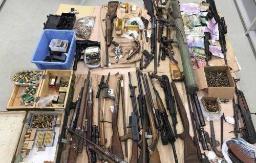 Das Waffenschieber-Quintett hatte von Dekowaffen bis zum Kriegsmaterial einiges an verbotenem Material ein- und ausgeführt. Symbolbild Polizei