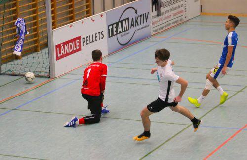 Der Ball ist im Tor, doch das Bild täuscht, denn der FC Lustenau setzte sich gleich im Eröffnungsspiel gegen Wolfurt 1b (Bild) mit 2:1 durch.vn-Hartinger