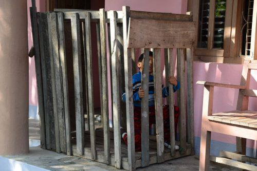 Der behinderte Bub und seine Schwester waren in einem Käfig eingesperrt. WB