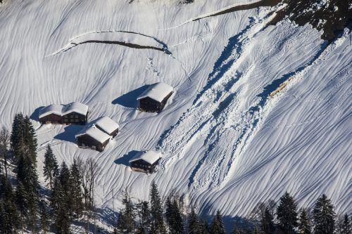 Der Blick aus dem Hubschrauber zeigt: Manche Lawinem kamen nur knapp vor Gebäuden zum Stillstand.