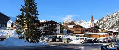 Der Dorfplatz von Warth zum Jahreswechsel – nach der Bauverhandlung für den Hotelneubau samt Tiefgarage hofft man in Warth, dass es bald anders aussieht.strauss