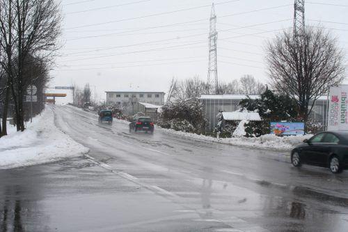 Der Kreisverkehr soll nicht nur für eine Reduktion der Geschwindigkeit sorgen, sondern auch die Zufahrts- und Rangiermöglichkeit für Lkws verbessern. Michael Mäser