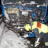 Sattelzug rammt Betonleitwand