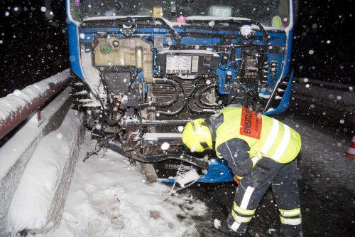 Der Lkw wurde im Frontbereich stark beschädigt, der 39-jährige Lenker des Schwerfahrzeuges kam mit dem Schrecken davon. mathis