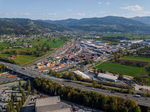 Der neue Güterterminal in Wolfurt ist leistungsfähig, doch die Schieneninfrastruktur hinkt hinterher.VN/paulitsch