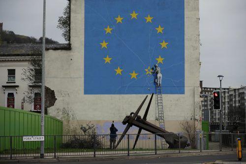 Der Street-Art-Künstler Banksy hat den britischen EU-Austritt auf einer Hauswand in Dover kommentiert.AP