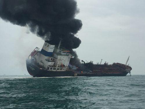 Der Tanker hat 30 Grad Schlagseite, Gefahr des Sinkens bestehe nicht. Reuters