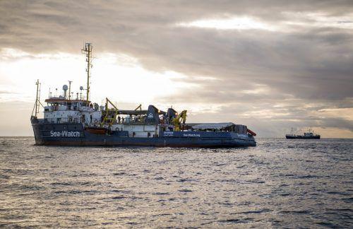 Die 49 geretteten Migranten mussten tagelang auf den Schiffen ausharren. Es gab Berichte über dramatische Zustände an Bord.  AP