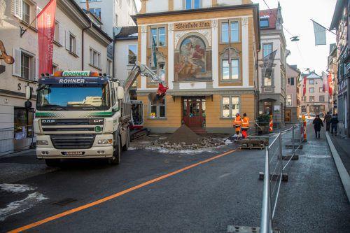 Die Bauarbeiter sind wieder angerückt. Bis Anfang Mai soll die Oberflächengestaltung in der Kirch- und Römerstraße umgesetzt werden. VN/Paulitsch