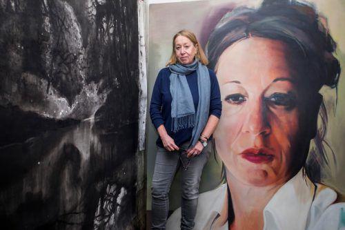 Die Bregenzer Künstlerin Alexandra Wacker mit einem Selbstporträt in ihrem Atelier in Bregenz.VN/Paulitsch